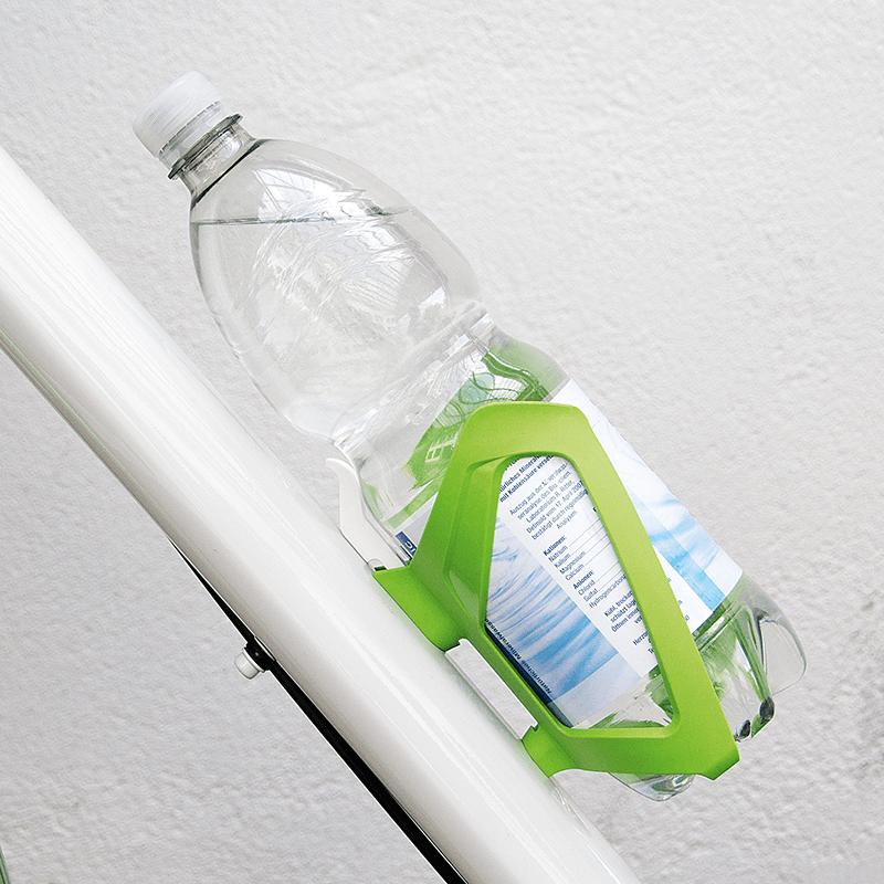 sks trzyma butelkę