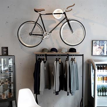 artykuł rower zawieszony na ścianie