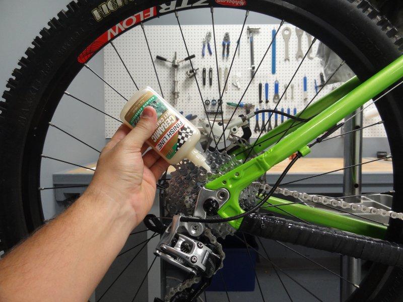 Nanoszenie oleju na łańcuch roweru.