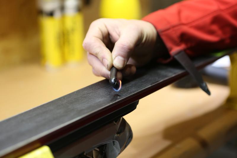 Serwisowanie nart: uzupełnianie ślizgu - regeneracja